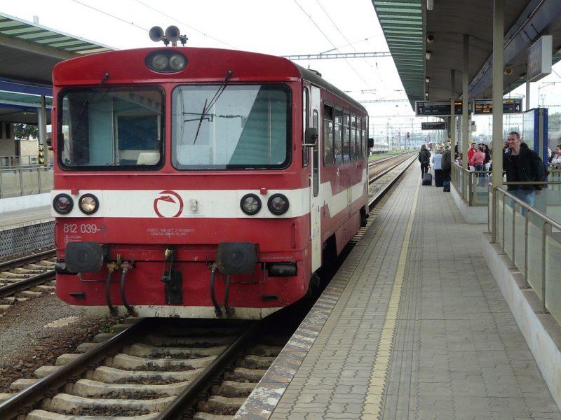 поезд-железные-дороги-вокзал-платворма