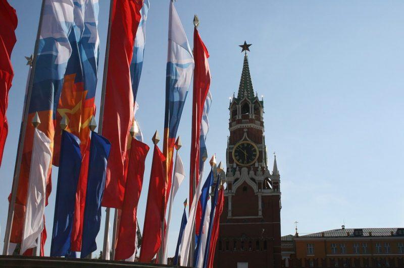 кремль-флаги-москва-россия