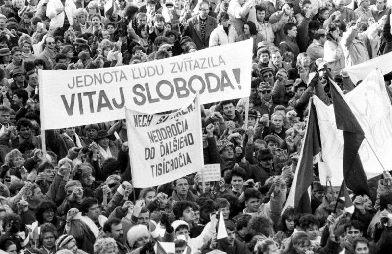 бархатная-революция-1989-братислава